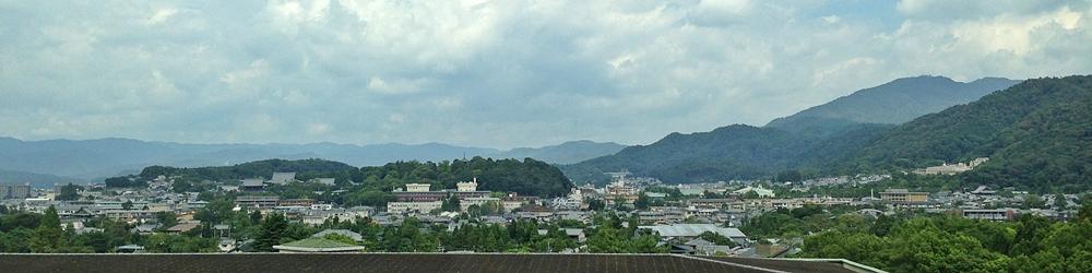 中央左が金戒光明寺、右は東山の山並み