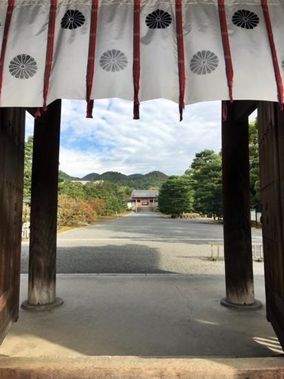 二王門から望む中門