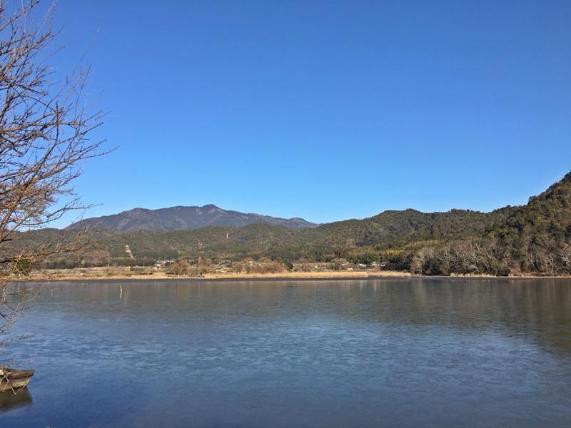 池越しに見る愛宕山