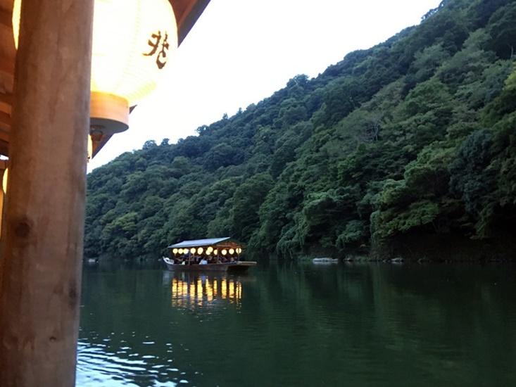 保津川に浮かぶ船から
