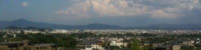 左の高いのが比叡山、右に京都タワー