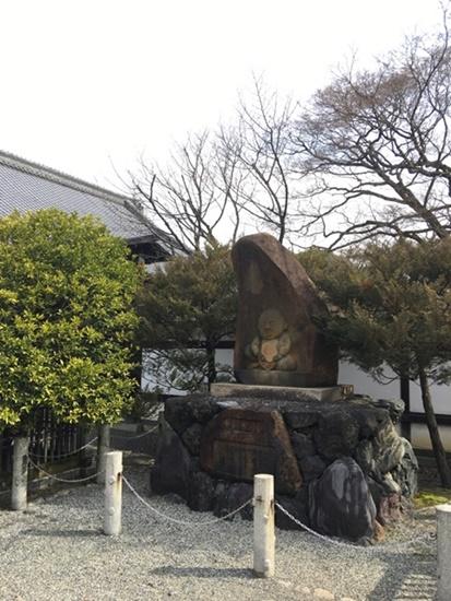 宝鏡寺の人形塚