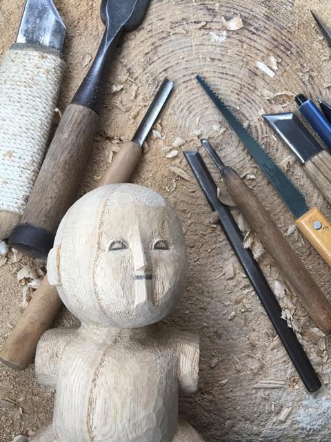 「上彫り」中の人形