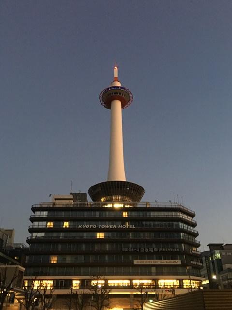 夜明け前の「京都タワー」
