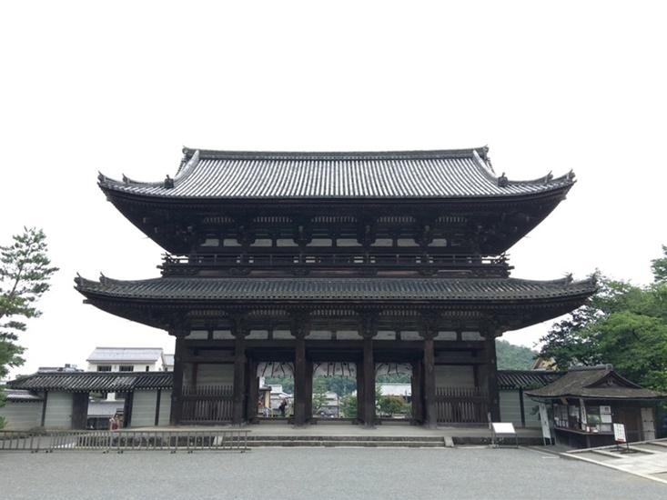 参道から見た二王門
