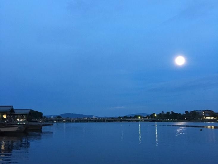 渡月橋を渡る月