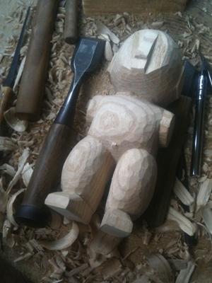 粗彫り中の人形